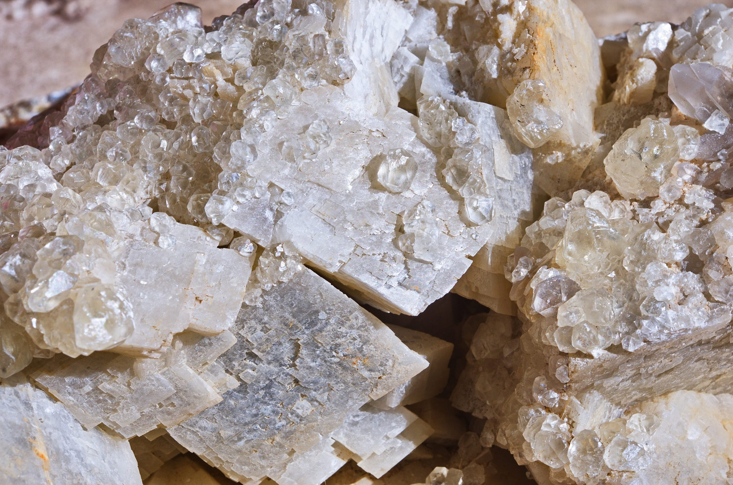 Close-up,Of,Transparent,Quartz,Crystals,Are,Grown,On,Calcite,Crystals.
